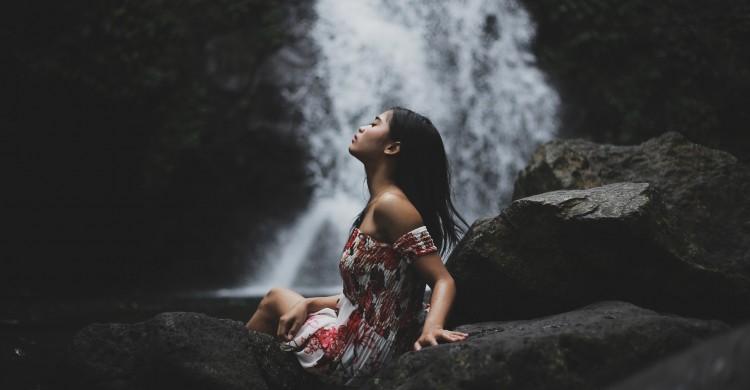 Cum să nu mai permiți fricii de a fi singură să te consume