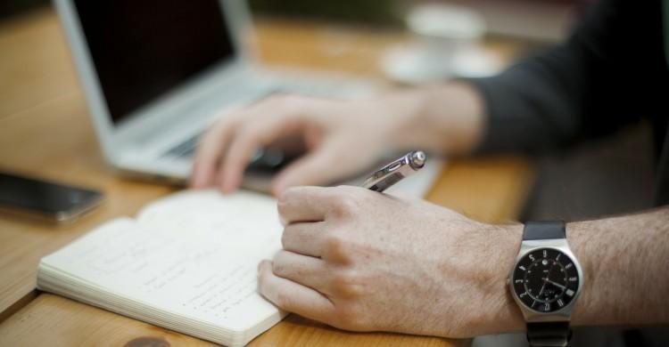 Scrisul de mână stimulează funcțiile creierului, în timp ce tastatura le anihilează
