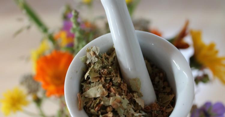 Dumnezeu a lăsat bolile, dar și ceaiuri tămăduitoare. Părintele Pahomie spune că singurul lui medic a fost doar Bunul Dumnezeu!